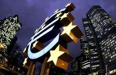 Символ евро у штаб-квартиры ЕЦБ во Франкфурте-на-Майне. 1 февраля 2005 года. Евро застыл у минимума семи с половиной месяцев к доллару на фоне ожидания инвесторами новых стимулирующих мер Европейского центробанка. REUTERS/Kai Pfaffenbach