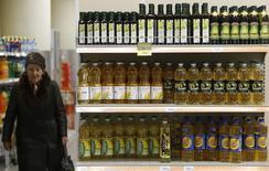 Полки с подсолнечным маслом в магазине Дикси в Москве. 1 декабря 2015 года. Деловая активность российского сектора услуг испытала в ноябре менее глубокий спад, чем в предыдущем месяце, свидетельствуют результаты исследования, проведенного компанией Markit. REUTERS/Sergei Karpukhin