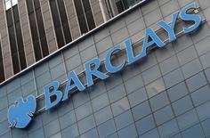 Barclays a annoncé jeudi la cession de son réseau d'agences en Italie à CheBanca!, la filiale de banque de détail créée il y a sept ans par Mediobanca. L'opération porte sur 89 agences employant 620 personnes, avec 222.000 clients et un portefeuille de prêts résidentiels de 2,9 milliards d'euros. /Photo prise le 20 mai 2015/REUTERS/Mike Segar