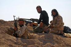 """Сирийские повстанцы у города Кафр-Набуда в провинции Хама. 11 октября 2015 года. Госсекретарь США Джон Керри назвал продолжающиеся год с лишним бомбардировки """"Исламского государства"""" малоэффективными и выразил надежду на вступление в войну сухопутных сил арабских стран и Сирии. REUTERS/Ammar Abdullah"""