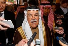 El ministro de Petróleo de Arabia Saudita, Ali al-Naimi, habla con los medios antes de una reunión de ministro de petróleo de la OPEP, en Viena, Austria, 1 de diciembre de 2015. Arabia Saudita propondrá un acuerdo para equilibrar los mercados petroleros que incluirá demandas a los miembros de la OPEP Irán e Irak para que limiten el crecimiento de su producción, así como la participación de productores fuera del grupo como Rusia y México, reportó Energy Intelligence. REUTERS/Heinz-Peter Bader