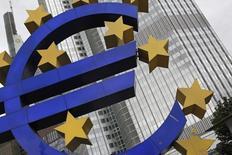 Una estructura con el símbolo del euro frente a la sede del BCE en Fráncfort el 11 de julio de 2012. El Banco Central Europeo recortó su tasa de interés de depósito y anunció que revelará más medidas el jueves para luchar contra una inflación persistentemente baja y estimular el crédito, poniendo a prueba los límites de su política monetaria. REUTERS/Alex Domanski