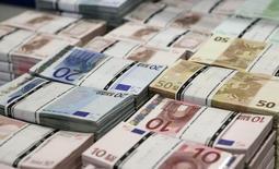 Fajos de billetes de euro en la sede de GSA Austria (Money Service Austria) en Viena, 22 de julio de 2013. El euro subía el jueves a máximos de sesión y los rendimientos de los bonos de la zona euro avanzaban, luego de que el Banco Central Europeo anunció un recorte de su tasa de depósitos bancarios en 10 puntos básicos a -0,30 por ciento, menos de lo esperado por los mercados. REUTERS/Leonhard Foeger