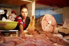 Una vendedora de pescado en el Terminal Pesquero de Antofagasta, Chile, jun 14, 2015. La inflación en Chile habría alcanzado un 0,1 por ciento en noviembre, impulsada por alzas en alimentos y el efecto de la depreciación cambiaria en las importaciones, mostró el jueves un sondeo de Reuters.   REUTERS/Andres Stapff