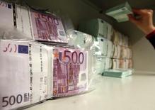 Euros alojados en la bóveda de seguridad de un banco en Viena, abr 10, 2013. El euro se apreciaba el jueves hasta máximos de un mes contra el dólar, después de que el Banco Central Europeo (BCE) recortó su tasa de depósitos bancarios en apenas 10 puntos básicos, decepcionando a los inversores en posiciones cortas en la moneda europea que esperaban medidas más radicales.  REUTERS/Heinz-Peter Bader