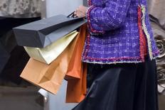 Les enseignes d'habillement, confrontées au renchérissement de leurs approvisionnements lié à la chute de l'euro face au dollar, se préparent à augmenter leurs prix en 2016, selon les prévisions de l'Institut français de la mode. /Photo d'archives/REUTERS/Charles Platiau