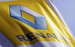 Renault a annoncé jeudi qu'il reviendrait en Formule 1 comme écurie à part entière l'an prochain. Le constructeur automobile, dont l'âge d'or dans la discipline phare de la course automobile remonte aux années 1990, n'était plus que motoriste depuis 2011. /Photo d'archives/REUTERS/Régis Duvignau