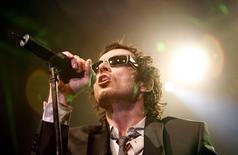 Cantor de rock Scott Weiland, ex-vocalista da banda Stone Temple Pilots, durante apresentação em Hollywood.    07/04/2008  REUTERS/Mario Anzuoni