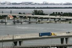 Un camión transporta un contenedor hacia un puerto en Miami, 4 de octubre de 2007. El déficit comercial de Estados Unidos se amplió inesperadamente en octubre debido a que las exportaciones cayeron a un mínimo en tres años, lo que sugiere que el comercio podría pesar nuevamente sobre el crecimiento económico del cuarto trimestre. REUTERS/Carlos Barria