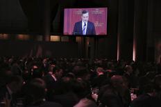 Dans une allocution publique vendredi à New York, le président de la Banque centrale européenne, Mario Draghi, assure que l'institution est confiante dans la capacité de ses nouvelles mesures de politique monétaire à ramener l'inflation dans la zone euro vers 2%, son objectif, mais qu'elle reste prête à mettre en oeuvre des mesures supplémentaires si nécessaire. /Photo prise le 4 décembre 2015/REUTERS/Lucas Jackson