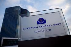 En la imagen, una vista general de la sede del BCE en Fráncfort, el 3 de diciembre de 2015. Hay sólo un 20 por ciento de posibilidades de que el Banco Central Europeo aumente en 2016 su programa de compra de activos por 60.000 millones de euros (65.000 millones de dólares) al mes, mostró un sondeo que Reuters realizó el lunes entre operadores de mercados de dinero. REUTERS/Ralph Orlowski
