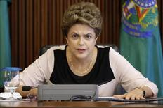 La presidenta de Brasil, Dilma Rousseff, durante una reunión con juristas que la defienden contra el jucio político, en el Palacio Planalto, en Brasilia, Brasil, 7 de diciembre de 2015. La presidenta de Brasil, Dilma Rousseff, pidió el lunes al Congreso que cancele un receso de verano en enero para debatir rápidamente una solicitud de juicio político en su contra, en momentos en que sus aliados sostienen que la mandataria cuenta con suficiente apoyo legislativo para bloquear el proceso. REUTERS/Ueslei Marcelino
