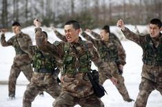 """Китайские военнослужащие тренируются на военной базе в Хэйхэ 18 марта 2015 года. Песня на китайском языке, предположительно опубликованная """"Исламским государством"""", показывает необходимость усиления глобального взаимодействия в борьбе с экстремизмом, сообщило министерство иностранных дел Китая во вторник. REUTERS/China Daily"""