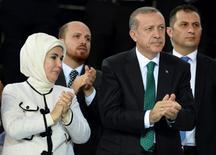 """Президент Турции Тайип Эрдоган (второй справа), его жена Эмине и сын Билал (второй слева) на конгрессе правящей партии в Анкаре 27 августа 2014 года. Билал Эрдоган отверг обвинения российских властей в том, что он и его семья извлекают выгоду от незаконной доставки нефти из районов Сирии и Ирака, находящихся под контролем ультраэкстремистов """"Исламского государства"""". REUTERS/Selahattin Sonmez/Pool"""