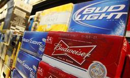 Imagen de cervezas Budweiser y Bud Light Beer en una tienda de Wal-Mart en Chicago el 24 de enero de 2012. Un hombre de Misuri llamado Bud Weisser fue puesto bajo custodia luego de que ingresó sin permiso a una planta de elaboración de cerveza de Budweiser en St. Louis, dijo el lunes la policía. REUTERS/John Gress