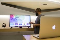 Apple a mis en sommeil un projet visant à proposer un service de télévision en direct sur internet, préférant concentrer ses efforts sur son positionnement de plate-forme pour des entreprises médias qui veulent vendre directement à leurs clients via son App Store, selon l'agence Bloomberg. /Photo prise le 30 octobre 2015/REUTERS/Jonathan Alcorn