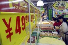 L'inflation mesurée par les prix de détail s'est légèrement tendue en novembre en Chine mais elle reste bien en deçà de l'objectif de 3% du gouvernement pour cette année, au risque d'entraîner le pays dans une situation de déflation à la japonaise. Sur une base mensuelle, les prix de détail n'ont pas varié, après avoir fléchi de 0,3% en octobre. /Photo d'archives/REUTERS/China Daily