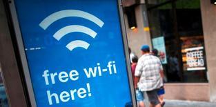 Manuel Valls a dit mercredi ne pas être favorable à l'idée de couper les réseaux wifi publics ou partagés, une mesure suggérée selon le quotidien Le Monde par les services de police pour lutter contre le terrorisme. /Photo d'archives/REUTERS/Keith Bedford