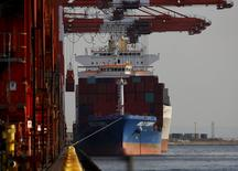 Un contenedor es cargado en un barco en un puerto de Tokio, Japón, 7 de diciembre de 2015. China anunció el miércoles que el próximo año recortará los aranceles a algunas de importaciones y exportaciones para impulsar a su sector comercial, generando preocupación respecto a que sus productos más baratos exacerben un exceso en la oferta global de materiales industriales, como el acero y los químicos. REUTERS/Yuya Shino