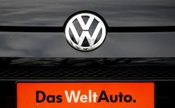 El logo de Volkswagen en uno de sus autos, visto en una automotora en Bad Honnef, cerca de Bonn, Alemania, 4 de noviembre de 2015. Las investigaciones de Volkswagen han demostrado que la automotriz manipuló emisiones de dióxido de carbono (CO2) en muchos menos automóviles que lo previsto inicialmente, dijeron el miércoles dos fuentes de la compañía. REUTERS/Wolfgang Rattay/Files