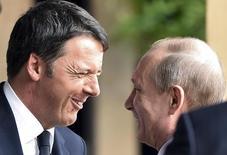 Премьер-министр Италии Маттео Ренци (слева) и президент РФ Владимир Путин на выставке в Милане 10 июня 2015 года. Италия неожиданно потребовала, чтобы вопрос о судьбе экономических санкций Евросоюза в отношении России был вынесен на дальнейшее обсуждение, выступив против их автоматического продления на встрече послов ЕС в среду. REUTERS/Flavio Lo Scalzo