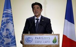 El partido gobernante de Japón aprobó el jueves un plan para reducir el impuesto de sociedades por debajo de un 30 por ciento a partir de abril y para recortarla de nuevo el año fiscal siguiente, al tiempo que presionó a las firmas a que aumenten la inversión y suban los salarios para estimular el crecimiento. En la foto, el primer ministro japonés  Shinzo Abe en la Conferencia Mundial del Cambio Climático en París el 30 de noviembre de 2015. REUTERS/Christian Hartmann