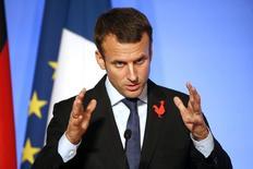 Le ministre de l'Economie Emmanuel Macron affirme jeudi que le gouvernement n'a pas de position de principe sur le nombre d'opérateurs télécoms idéal pour un bon fonctionnement du marché, alors que les spéculations sont relancées sur une consolidation du secteur. /Photo prise le 27 octobre 2015/REUTERS/Charles Platiau