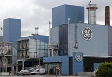 General Electric, à suivre jeudi à la Bourse de New York. Le conglomérat a annoncé mercredi soir avoir franchi le cap symbolique des 100 milliards de dollars de cessions réalisées dans ses activités financières. /Photo d'archives/REUTERS/Vincent Kessler