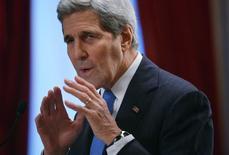 Госсекретарь США Джон Керри на встрече в Париже. 8 декабря 2015 года. Госсекретарь США Джон Керри заявил в четверг, что представители различных групп сирийской оппозиции добились определенного прогресса на состоявшихся в Эр-Рияде переговорах. REUTERS/Mandel Ngan/Pool