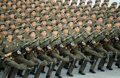 Северокорейцы маршируют в Пхеньяне 9 сентября 2008 года на празднованиях 60-й годовщины основания КНДР. Северокорейский лидер Ким Чен Ын намекнул, что его страна разработала водородную бомбу - шаг вперед по сравнению с менее мощной атомной, но США и эксперты в других странах встретили это скепсисом. REUTERS/Kyodo