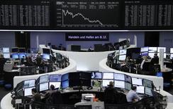 Las bolsas europeas caían el viernes por la debilidad del precio de las materias primas mientras el mercado espera la previsible subida de los tipos de interés estadounidenses la semana que viene.  En la imagen, traders en la Bolsa de Fráncfort, el 8 de diciembre de 2015. REUTERS/Staff
