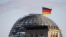 Bandeira nacional alemã vista em Berlim.  02/10/2013   REUTERS/Fabrizio Bensch