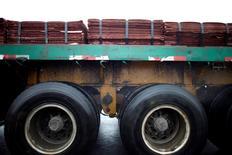 Imagen de archivo de un cargamento de cátodos de cobre arriba de un camión en el puerto de Yangshan, al sur de Shanghái, China, mar 23, 2012. El cobre avanzaba el viernes hacia un máximo de dos semanas, mientras los inversores cerraban posiciones bajistas gracias al optimismo en torno a que la economía de China, el principal consumidor mundial de metales, está mejorando. REUTERS/Carlos Barria