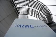 Le conseil de surveillance de RWE a approuvé vendredi le projet de scission des activités d'énergies renouvelables, de réseaux et de distribution, une opération qui permettra au numéro deux allemand du secteur de lever des liquidités bienvenues en introduisant en Bourse une partie du capital de la nouvelle entité. /Photo d'archives/REUTERS/Ina Fassbender