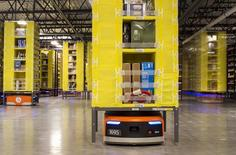 Unos robots Kiva en una bodega de la minorista Amazon en Tracy, EEUU, dic 1, 2014. Los inventarios de minoristas de Estados Unidos excluyendo automóviles subieron en octubre, lo que sugiere que podrían no ser un lastre tan grande sobre el crecimiento del cuarto trimestre como se pensaba.    REUTERS/Noah Berger