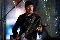 The Edge,  guitarrista do U2, se apresenta em um show surpresa em apoio ao Dia Mundial da AIDS na Times Square, em Nova York. 1/12/2014. REUTERS/Carlo Allegri