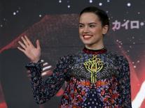 """Daisy Ridley acena em evento de """"Star War"""" em Urayasu, no Japão.  11/12/2015. REUTERS/Yuya Shino"""