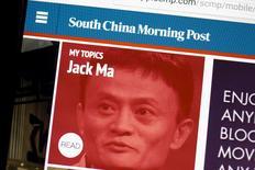 El gigante chino de comercio electrónico Alibaba Group Holding Ltd llegó a un acuerdo para comprar el South China Morning Post, el principal diario en inglés publicado en Hong Kong, anunciaron el viernes la compañía y SCMP Group Ltd. En la imagen de archivo, el sitio web del South China Morning Post, con una imagen de Jack Ma, CEO de Alibaba, es visto en la pantalla de un ordenador en Hong Kong, China, el 23 de noviembre de 2015. REUTERS/Tyrone Siu/Files