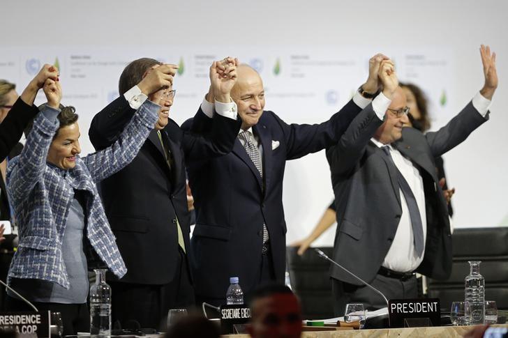 12月12日,法国布尔歇,第21届联合国气候变化大会主席、法国外交部长法比尤斯(中)和《联合国气候变化框架公约》秘书处执行秘书菲格雷斯(左)庆祝巴黎气候变化大会成功举行。REUTERS/Stephane Mahe