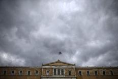 Grecia ha cumplido con más de la mitad de las reformas acordadas con los acreedores de la eurozona para obtener el próximo tramo de préstamos de 1.000 millones de euros y va a legislar los siguientes pasos el martes, dijo un alto cargo de la eurozona. En la foto de archivo, una bandera griega ondea sobre el Parlamento en Atenas el 30 de octubre de 2015. REUTERS/Alkis Konstantinidis