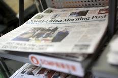 Газеты South China Morning Post в киоске печати в Гонконге. 26 ноября 2015 года. Китайский гигант Alibaba Group Holding Ltd заключил соглашение о покупке газеты South China Morning Post и других медиаактивов SCMP Group Ltd за $266 миллионов. REUTERS/Tyrone Siu