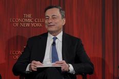 """El presidente del Banco Central Europeo, Mario Draghi, responde preguntas tras hablar en el Club Económico de Nueva York, en Nueva York, 4 de diciembre de 2015. La inflación de la zona euro alcanzará la meta del Banco Central Europeo de casi un 2 por ciento """"sin un retraso indebido"""", impulsada por las medidas de estímulo que anunció el BCE a principios de este mes, dijo el lunes el presidente del organismo regional, Mario Draghi. REUTERS/Lucas Jackson"""