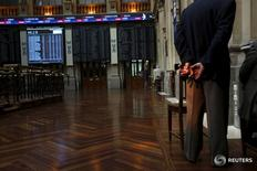 Tras un inicio de sesión en positivo, el Ibex-35 se vio arrastrado el lunes por la caída del precio del crudo y las dudas sobre la economía, que llevaron a un descenso generalizado con sólo dos excepciones alcistas. En la imagen, un hombre en la bolsa de Madrid en una fotografía de archivo del 29 de junio de 2015.  REUTERS/Susana Vera