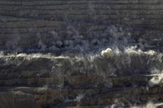 Una serie de explosiones controladas en la mina estatal de cobre Chuquicamata en el norte de Chile, abr 1, 2011. El cobre caía el lunes en momentos en que el petróleo tocó mínimos de 11 años y el apetito por el riesgo fue débil antes de una esperada alza en las tasas de interés en Estados Unidos, aunque datos económicos mejores a lo esperado en China evitaron que los precios cayeran más.   REUTERS/Ivan Alvarado