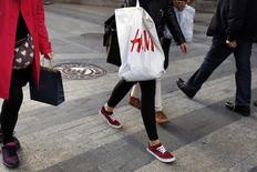 Le géant suédois de la mode Hennes & Mauritz (H&M) a annoncé mardi une croissance de 4% de ses ventes en novembre sur un an, à taux de change constants, une hausse moindre que celle de 9% que les analystes prévoyaient en moyenne. /Photo prise le 13 mars 2015/REUTERS/Susana Vera