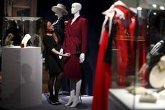 Un empleado coloca un traje dentro de la colección de Thatcher que será subastada en Christie's, el 11 de diciembre de 2015. Algunos de los bolsos, ropa y joyas de la ex primera ministra británica Margaret Thatcher serán puestos a la venta el martes, y se espera que algunos de ellos alcancen las 180.000 libras (273.000 dólares). REUTERS/Peter Nicholls