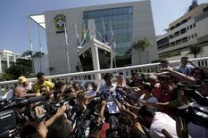 Raí concede entrevista diante da sede da CBF no Rio de Janeiro. 15/12/2015. REUTERS/Ricardo Moraes