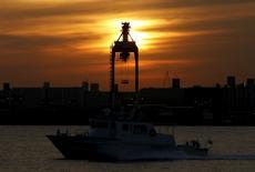 La economía de China podría crecer entre un 6,6 y un 6,8 por ciento en 2016 respecto al año en curso, dijo la Academia China de Ciencias Sociales (CASS, por su sigla en inglés), un centro de investigación gubernamental de alto nivel. En la imagen, un barco frente a una grúa en el puerto de Tokio el 7 de diciembre de 2015.  REUTERS/Yuya Shino
