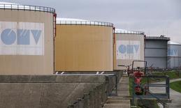 НПЗ OMV в Швехате. 21 октября 2015 года. Австрийская нефтяная компания OMV готовится выделить НПЗ в Швехате и Бургхаузене в отдельные компании, чтобы позволить Газпрому приобрести миноритарные доли в них в рамках обмена активами, сообщила австрийская газета Die Presse со ссылкой на источник в OMV. REUTERS/Heinz-Peter Bader