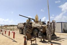 """Охрана на въезде в нефтяной терминал в Зуэйтине в Ливии. 7 апреля 2014 года. """"Исламское государство"""" изучает потенциально уязвимые нефтяные активы в Ливии и других регионах за пределами своего сирийского бастиона, где группировка контролирует около 80 процентов нефтяных и газовых месторождений, сказал высокопоставленный американский чиновник во вторник. REUTERS/Esam Omran Al-Fetori"""